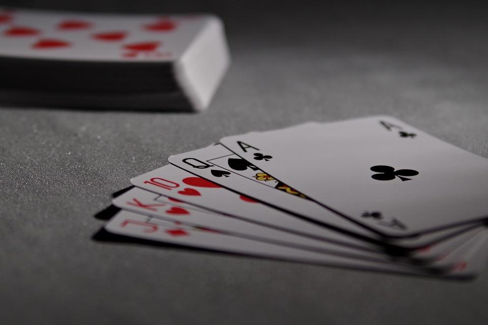 como jogar mãos de draw no poker